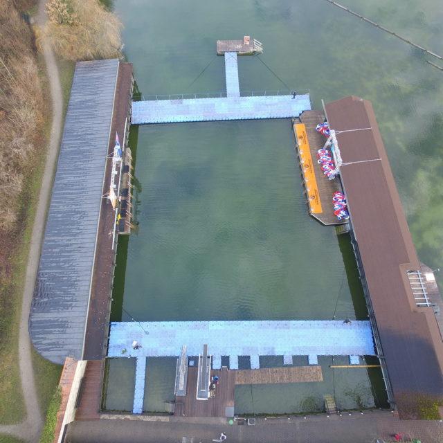 Drohnenflug über Schwimmpontonanlage